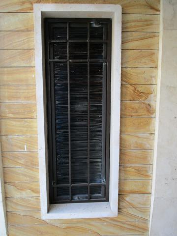 حفاظ پنجره با میله های عمودی
