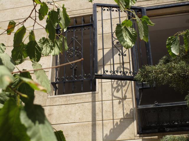حفاظ پنجره فرفورژه مشکی از نمایی دیگر