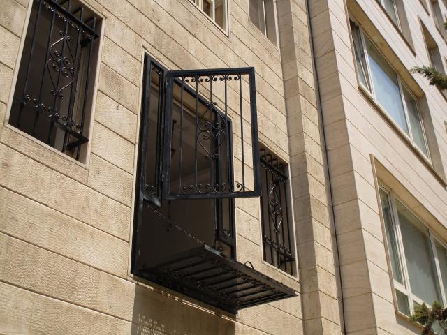 حفاظ پنجره به همراه درب پله ای زیر آن