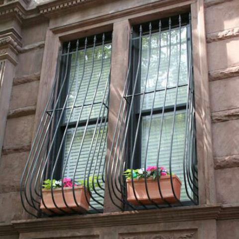 حفاظ پنجره با جایگاه گلدان