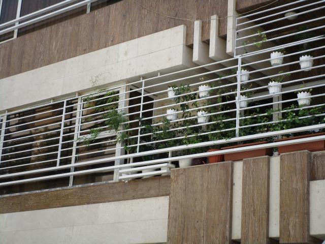 حفاظ پنجره سفید به همراه گلدان