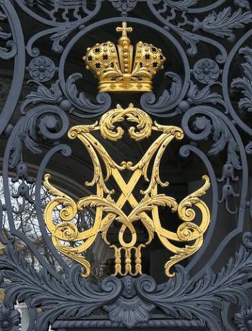 تاج طراحی شده در درب فلزی